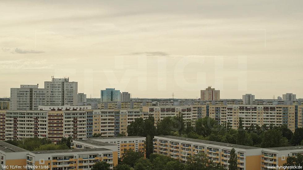 Berlin Marzahn Skyline Parallelflug tagsüber 13