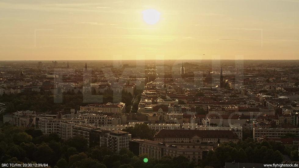 Berlin Volkspark Friedrichshain Skyline Zuflug nach unten abends 2