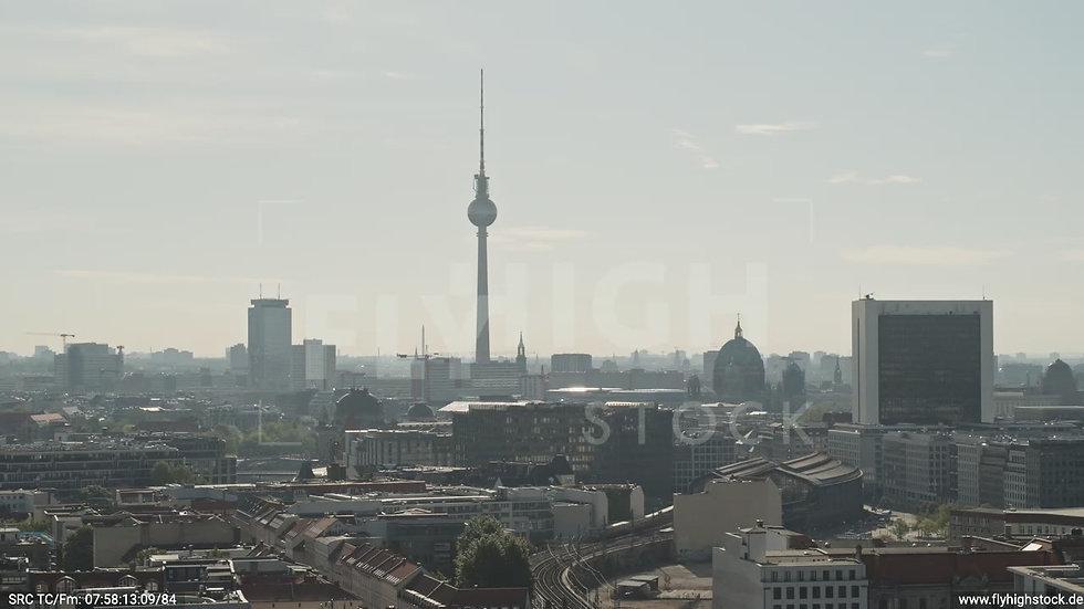 Berlin Spreebogenpark Fernsehturm Parallelflug tagsüber D031_C015