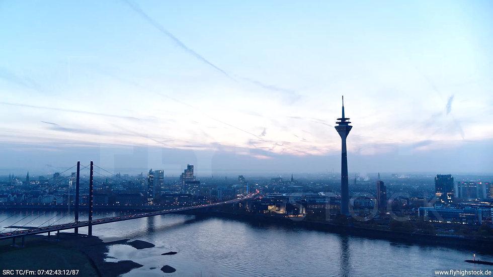 Düsseldorf Rheinturm Skyline Rückflug morgens F004_C004