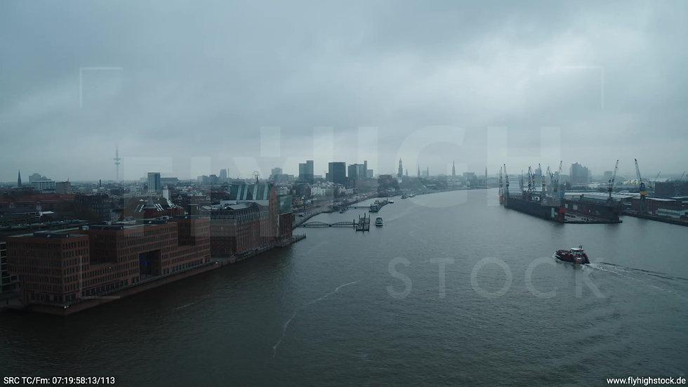 Hamburg Hafen Überflug Elbe mit Schiffen tagsüber bewölkt