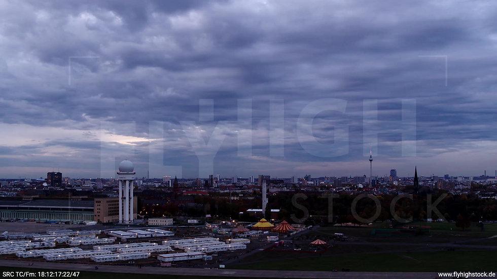 Berlin Flughafen Tempelhof Skyline tiefer Zuflug abends D007_C007