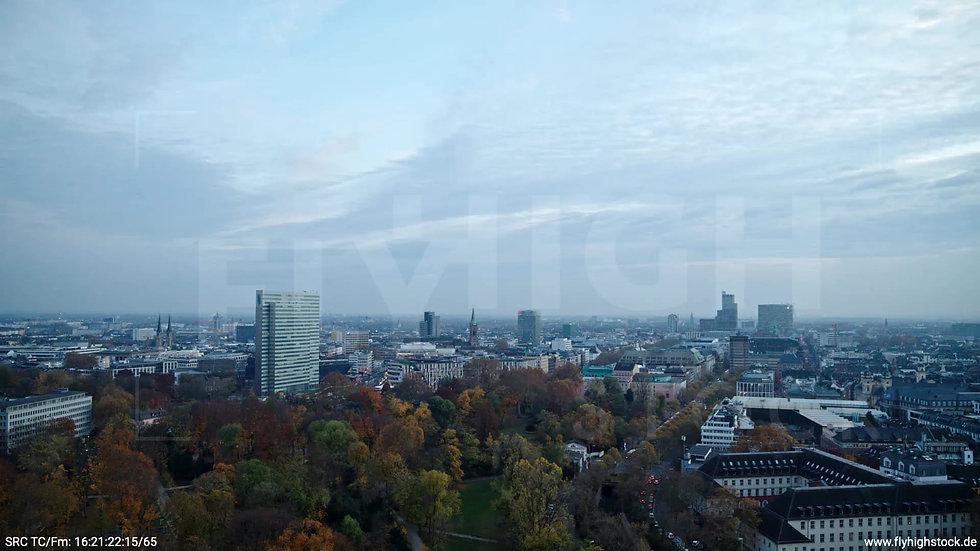 Düsseldorf Hofgarten Skyline Zuflug abends F009_C001