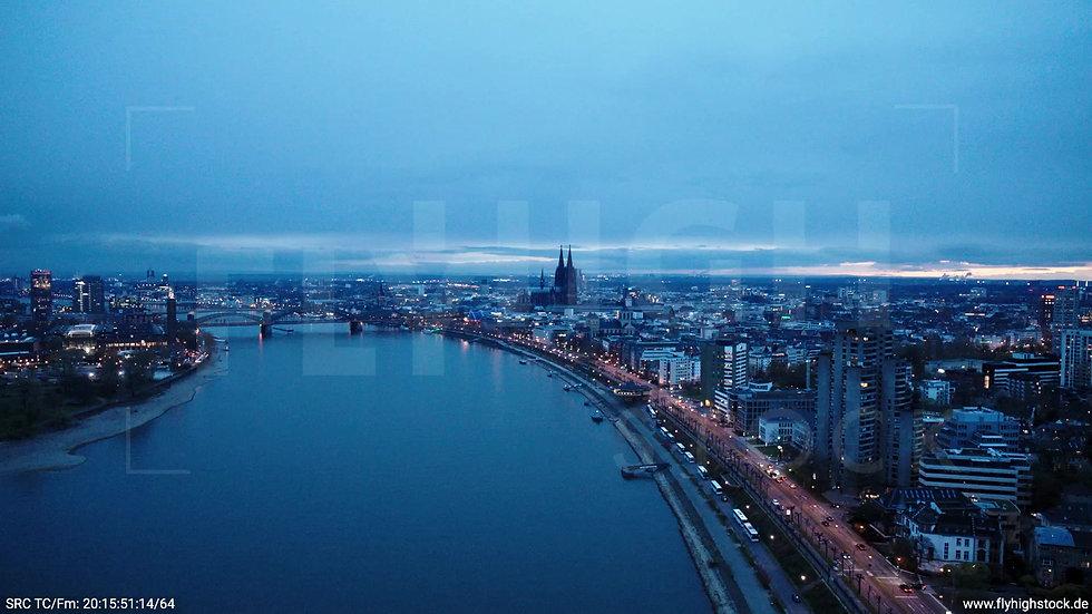 Köln Westufer Kölner Dom Zuflug abends