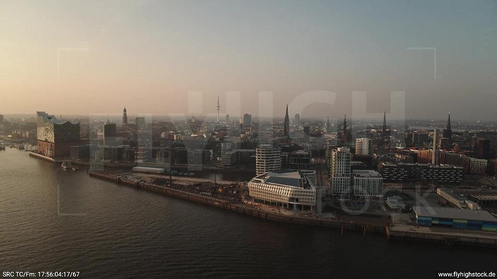 Hamburg Südwesthafen Parallelflug Skyline abends