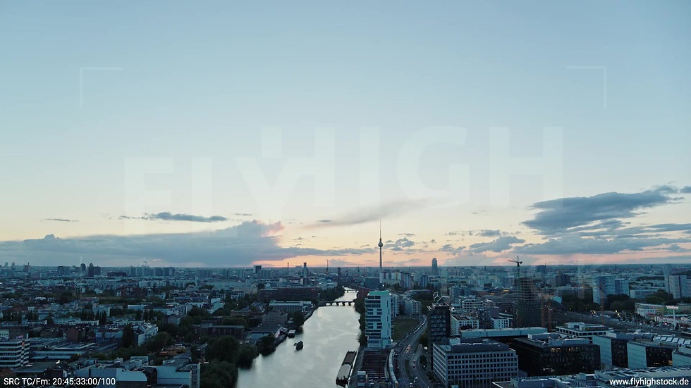 Berlin East Side Gallery Skyline Zuflug abends 5