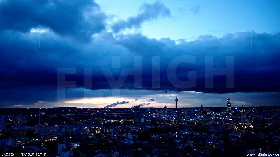 Köln Rheinaufhafen Skyline Parallelflug abends C024_C010