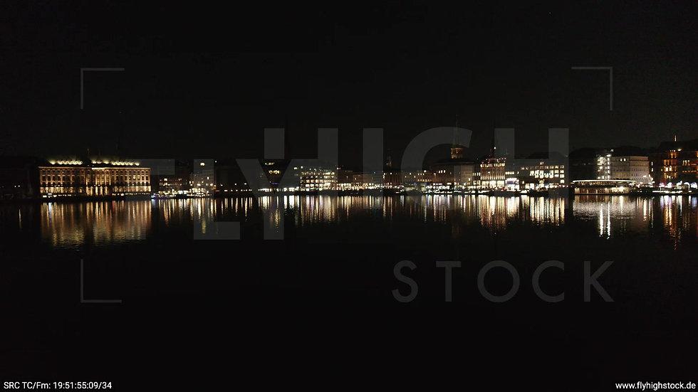 Hamburg Innenalster Zuflug nach oben Rathaus nachts
