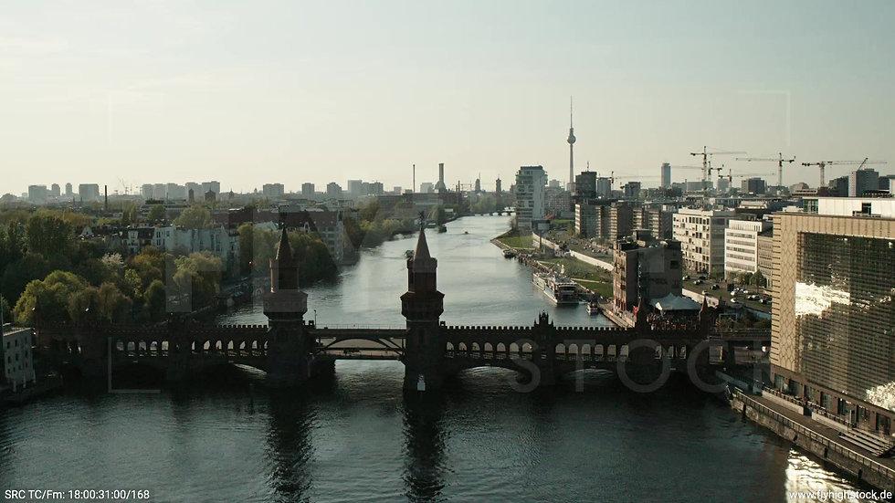 Berlin Oberbaumbrücke Skyline Parallelflug tagsüber