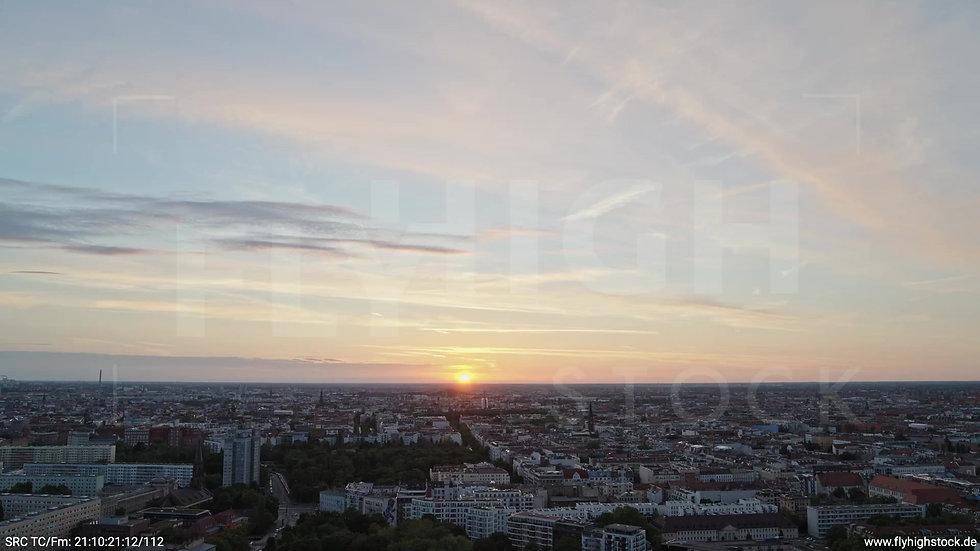 Berlin Volkspark Friedrichshain Skyline Parallelflug abends