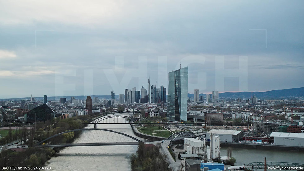 Frankfurt Osthafenbrücke Zuflug Skyline tagsüber 15