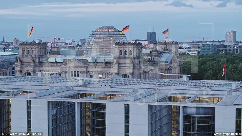 Berlin Spreebogenpark Reichstagsgebäude tiefer Parallelflug morgens D037_C005