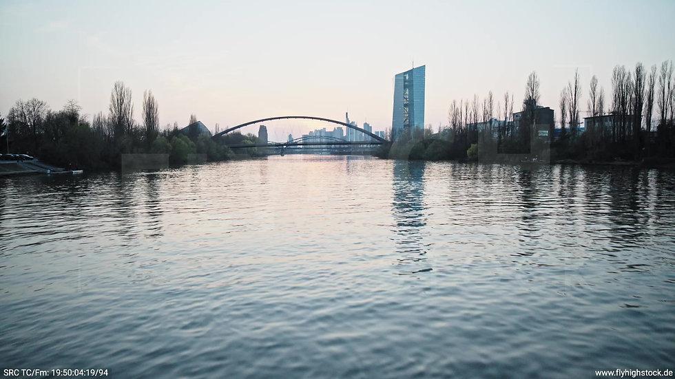 Frankfurt Osthafenbrücke Zuflug nach oben Skyline abends 6