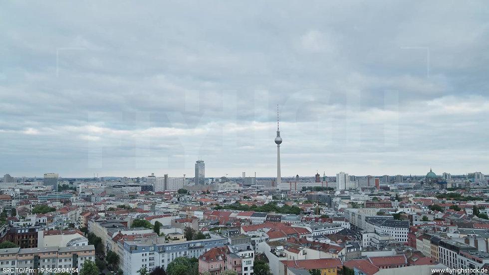 Berlin Volkspark am Weinberg Alexanderplatz Skyline Zuflug tagsüber 4