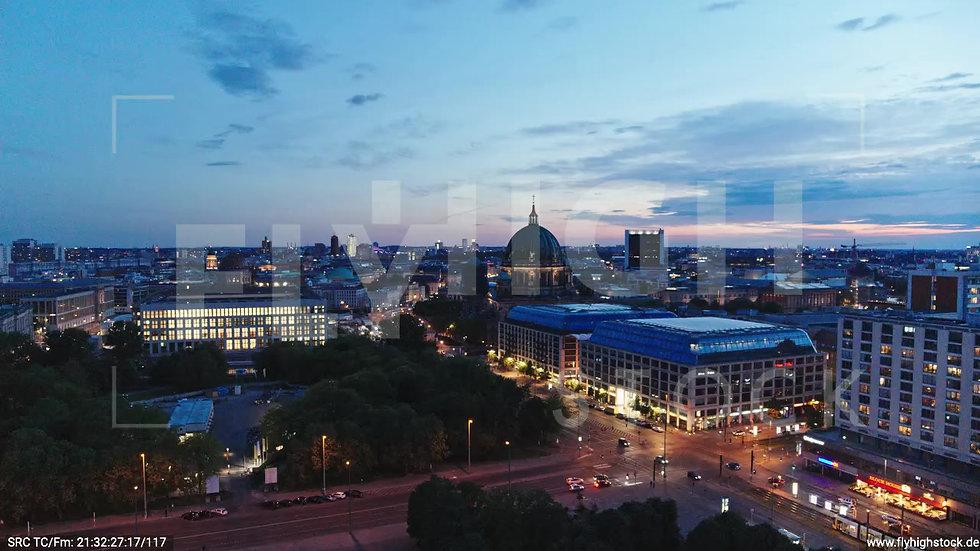 Berlin Neptunbrunnen Berliner Dom tiefer Zuflug abends D042_C015