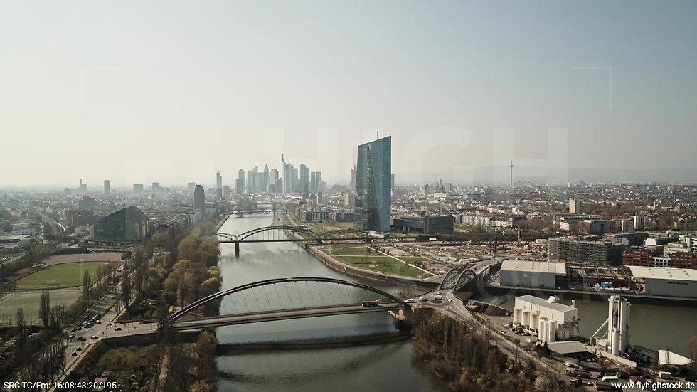 Frankfurt Osthafenbrücke Zuflug Skyline tagsüber 3
