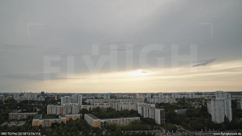 Berlin Marzahn Skyline Zuflug nach unten abends