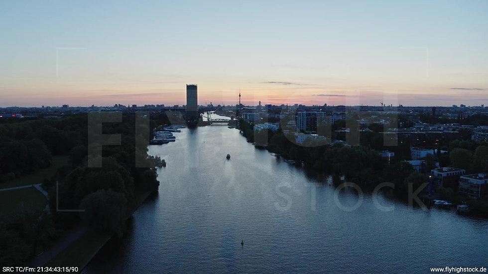 Berlin Treptower Park Skyline Rückflug abends 4