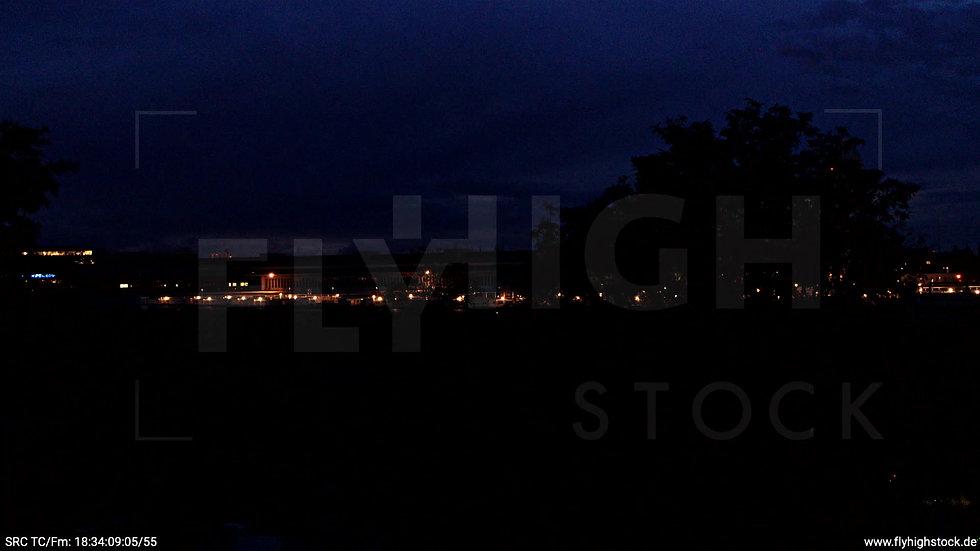 Berlin Flughafen Tempelhof Skyline Hub abends D009_C001