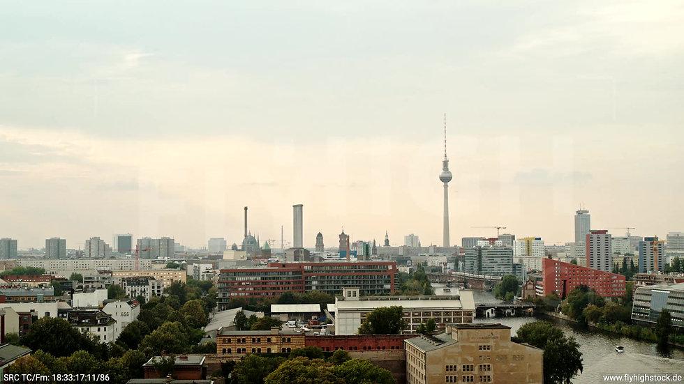 Berlin Zapf Skyline tiefer Zuflug tagsüber D002_C016