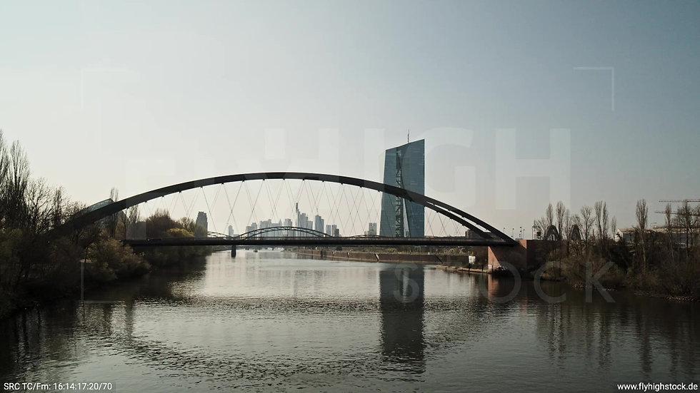 Frankfurt Osthafenbrücke Hub Skyline tagsüber 4