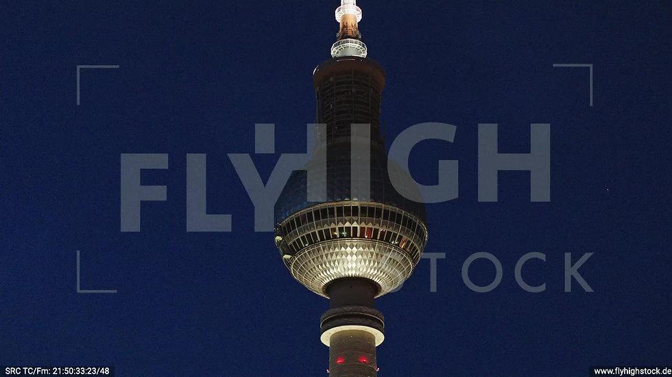 Berlin Neptunbrunnen Fernsehturm Zuflug nach oben abends D043_C013