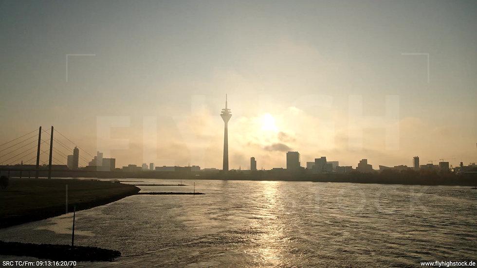 Düsseldorf Rheinturm Skyline Zuflug nach oben morgens F002_C015