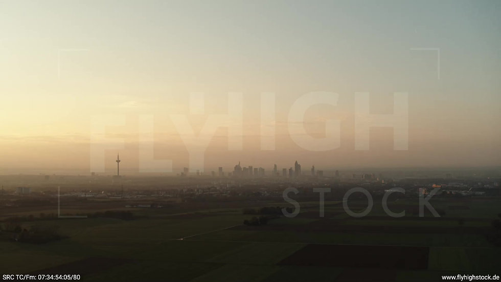Frankfurt Skyline Zuflug morgens 8
