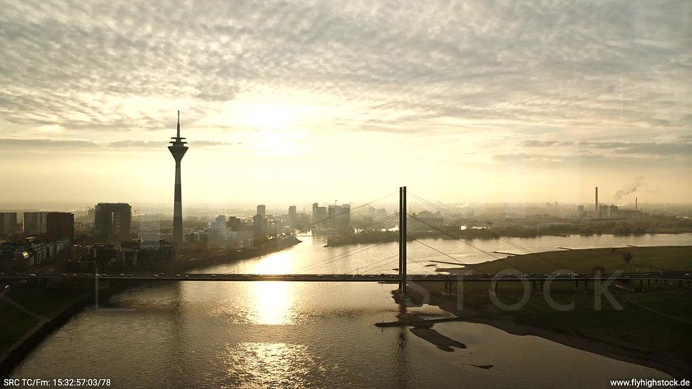 Düsseldorf Rheinkniebrücke Skyline Parallelflug abends F008_C009