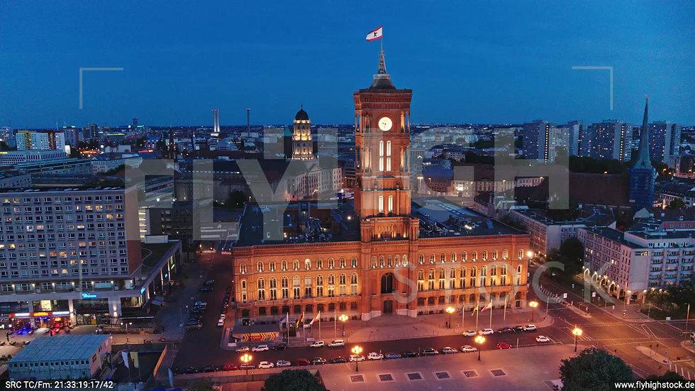 Berlin Neptunbrunnen Rotes Rathaus tiefer Parallelflug abends D042_C016
