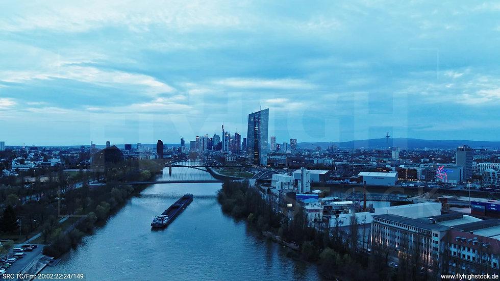 Frankfurt Osthafenbrücke Zuflug Skyline abends 22