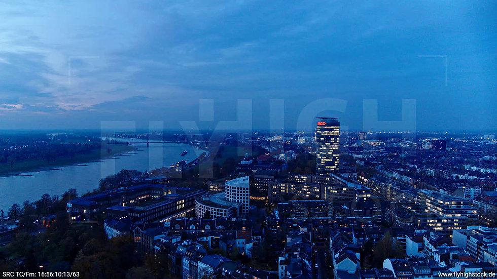 Düsseldorf Hofgarten Ergo Tower Skyline Zuflug nach unten abends F009_C019