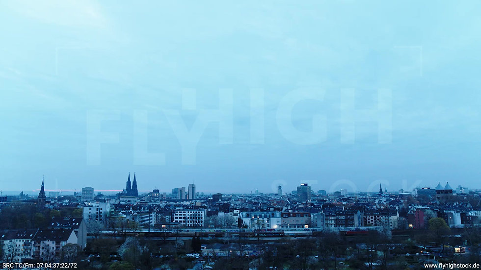Köln Innerer Grüngürtel Dom Skyline Zuflug nach oben morgens 2