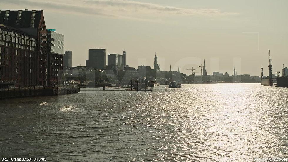 Hamburg Altonaer Holzhafen Skyline Zuflug nach oben morgens 4