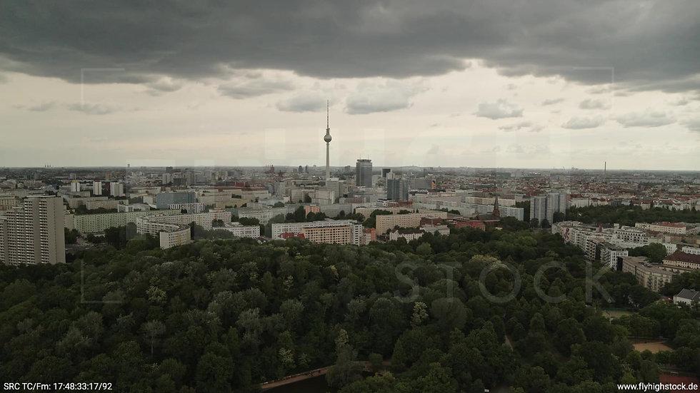 Berlin Volkspark Friedrichshain Alexanderplatz Skyline Zuflug tagsüber 5
