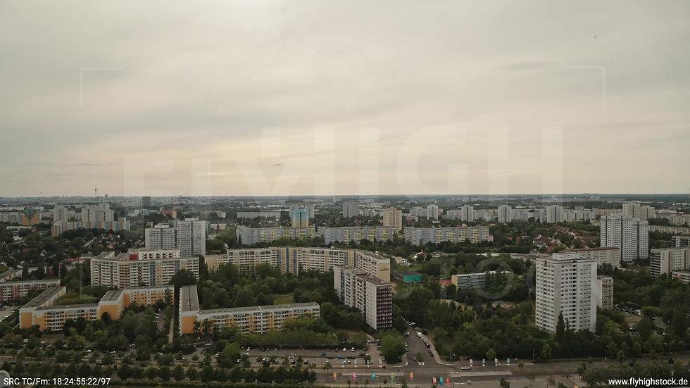 Berlin Marzahn Skyline Zuflug nach unten tagsüber
