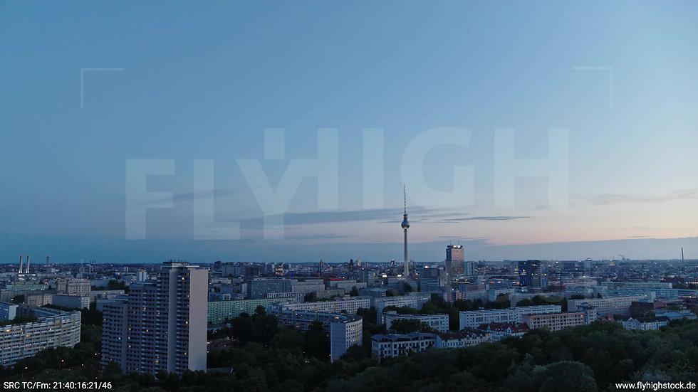 Berlin Volkspark Friedrichshain Alexanderplatz Skyline Parallelflug abends 3