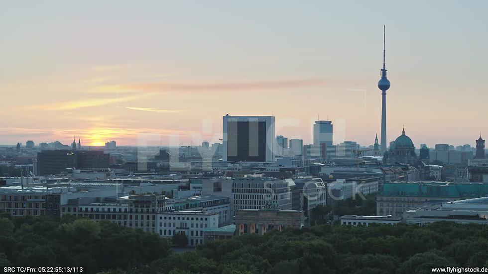 Berlin Tiergarten Brandenburger Tor Parallelflug morgens D029_C001