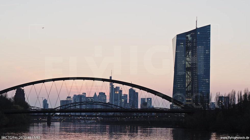 Frankfurt Osthafenbrücke Hub Skyline abends 9