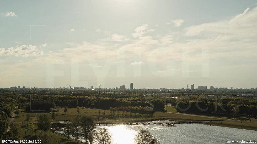 München Riemer Park Skyline tiefer Rückflug tagsüber