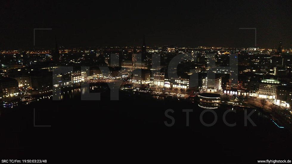 Hamburg Innenalster Zuflug Rathaus nachts