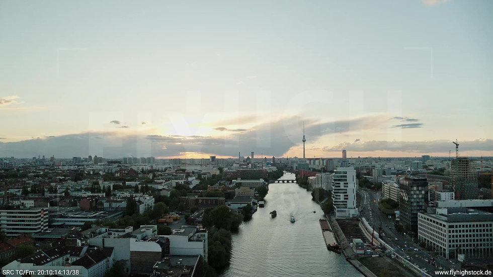 Berlin East Side Gallery Skyline Zuflug abends 4