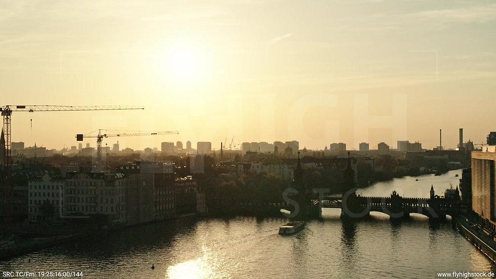 Berlin Oberbaumbrücke Skyline Zuflug abends 2