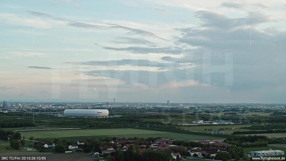 München Allianz Arena Skyline Parallelflug tagsüber