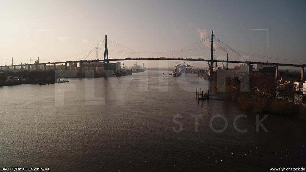 Hamburg Hafen tiefer Zuflug Köhlbrandbrücke morgens