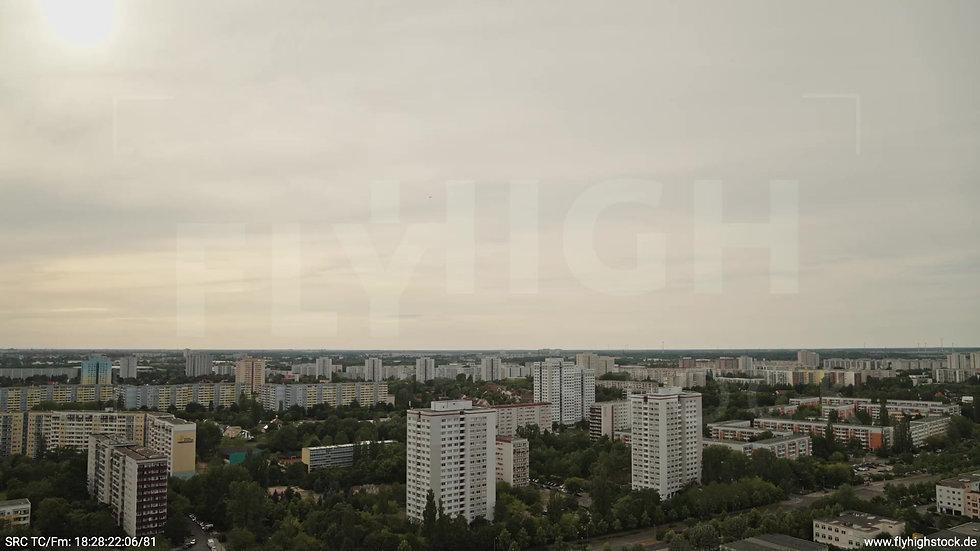 Berlin Marzahn Skyline Rückflug nach oben tagsüber 3