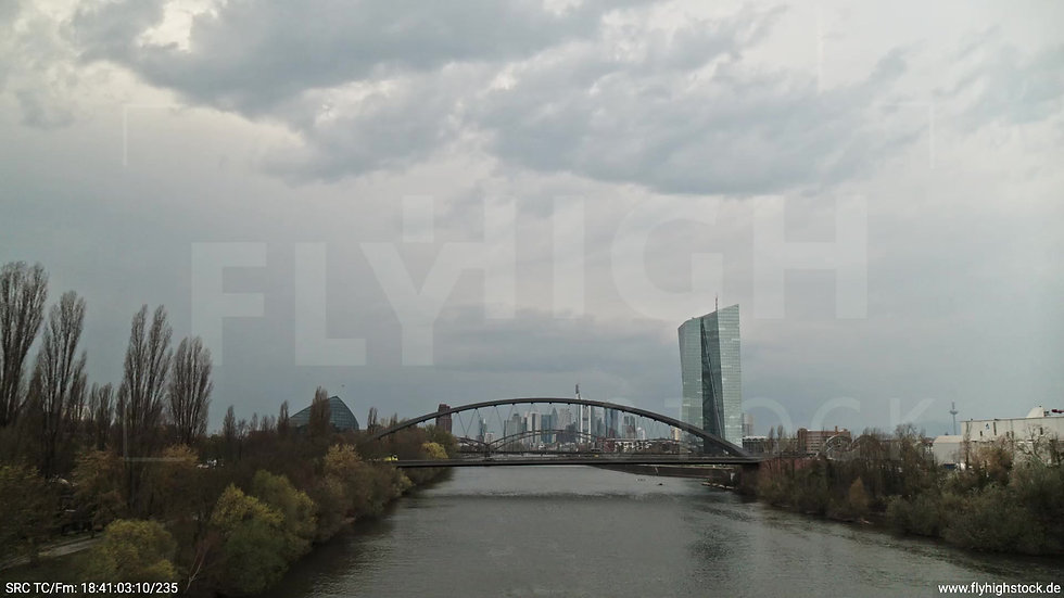 Frankfurt Osthafenbrücke Zuflug nach oben Skyline tagsüber 3