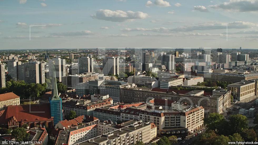 Berlin Neptunbrunnen Hochhaus Skyline Parallelflug nach unten abends D041_C017