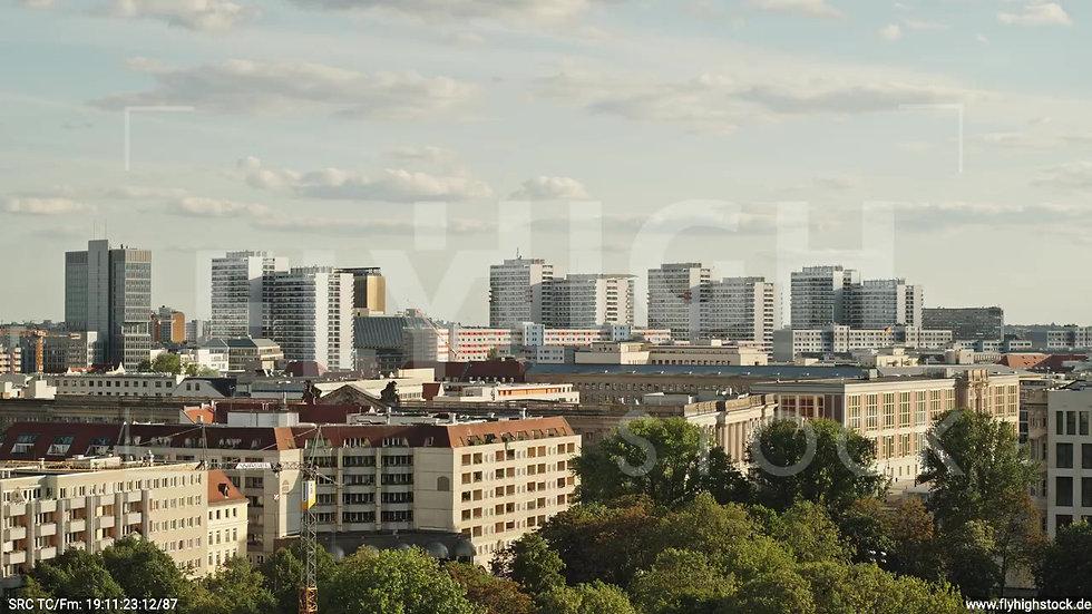 Berlin Neptunbrunnen Hochhaus Skyline tiefer Zuflug abends D041_C026
