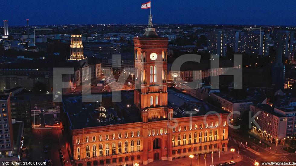 Berlin Neptunbrunnen Rotes Rathaus Zuflug nach unten abends D043_C005